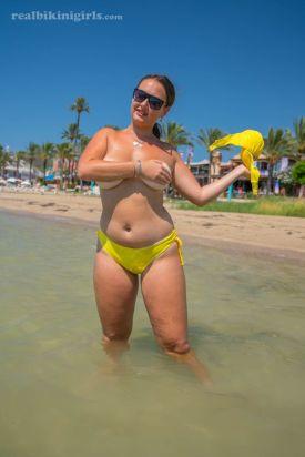 Lexi-grote-borsten-gele-bikini-strand-08