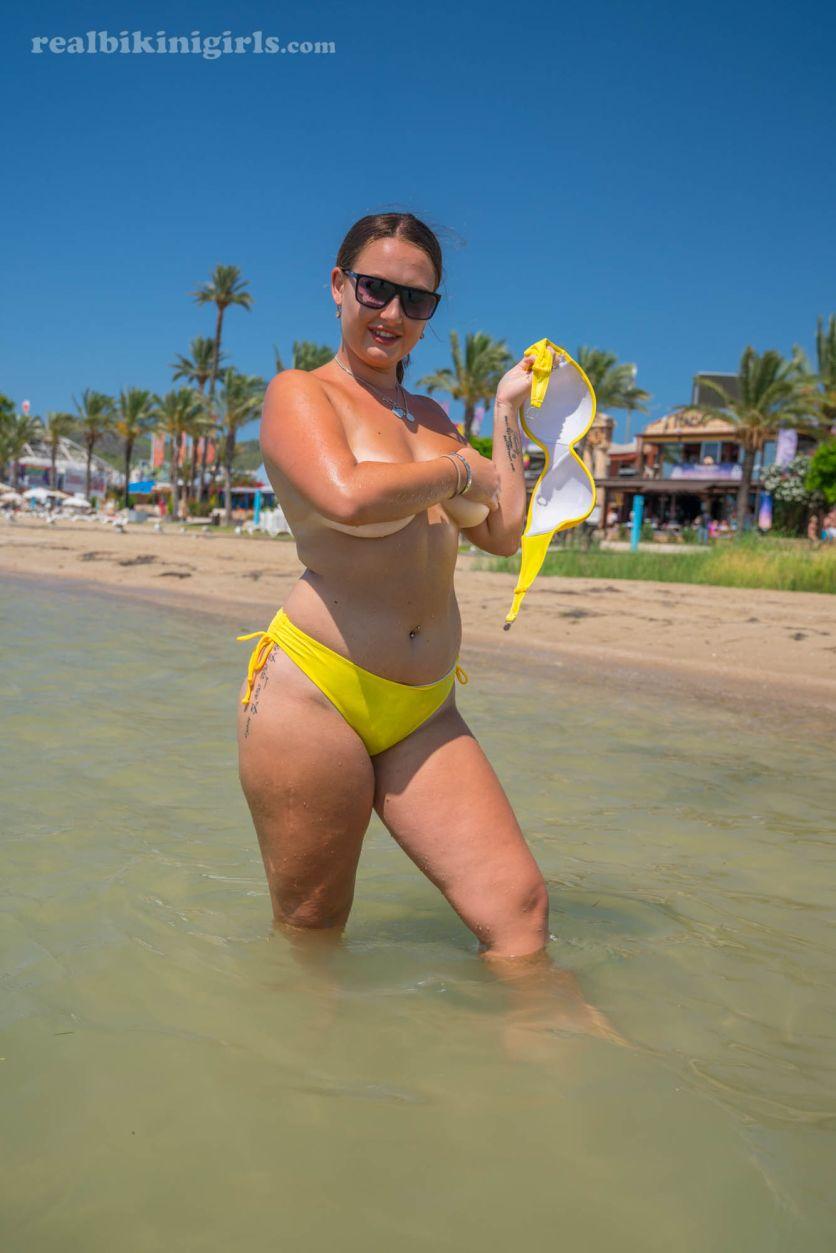Lexi-grote-borsten-gele-bikini-strand-09