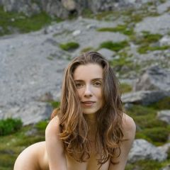 Mariposa, grote borsten, gaat naakt in de heuvels