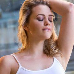 Mia Malkova, blond en lekker, laat een heel geil standje zien