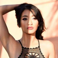 Reina, Aziatische schoonheid, heeft een sexy zwarte body aan