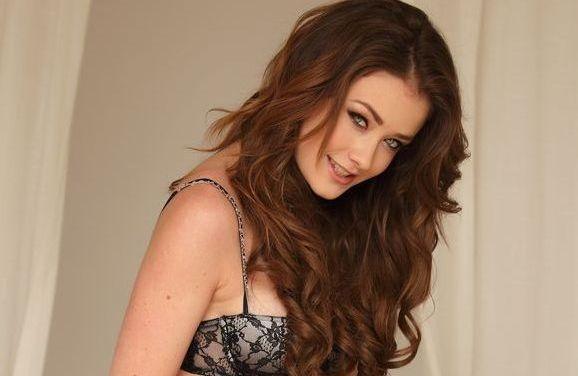 Jess Impiazzi, een heerlijke babe in mooie lingerie op bed