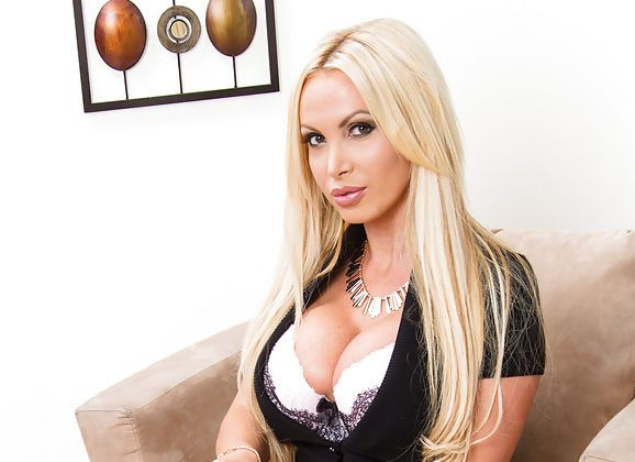 Nikky Benz, sexy lingerie, blond en schoenen met hoge hakken