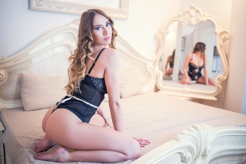 Annia Miller, gekruld haar, lekker en sexy zwarte lingerie