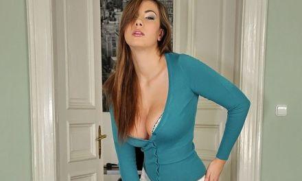 Hete brunette wordt tussen haar grote borsten geneukt