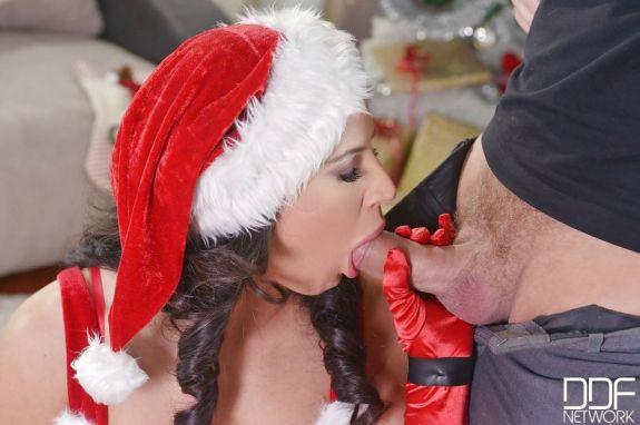 Geile-kerstmilf-pijpt-haar-vriend-12
