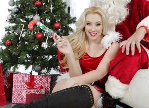 Een blonde kerstbabe stopt pardoes, het kerstkado in haar flamoes