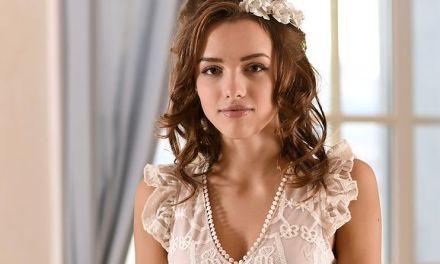 Morea, stijlvolle en elegante jongedame gaat naakt