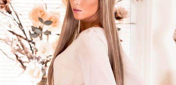 Natalia Forrest is sexy in jarretels en witte panty's
