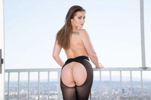 Dani-Daniels-heeft-sexy-zwarte-panty's-aan-03