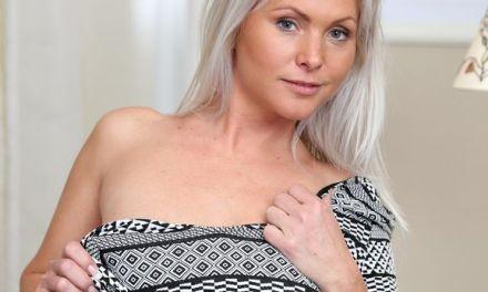 Heerlijke blonde huisvrouw, sexy lingerie, heeft seks met haar vriend