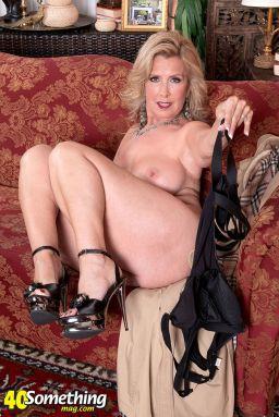 Laura-Layne-knappe-mature-babe-met-grote-borsten-12
