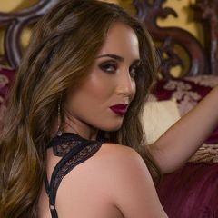 Knappe Playmate, Melissa Lori, heeft sexy zwarte lingerie aan