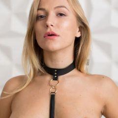 Naakte blondine heeft een halsband om met een zweepje eraan