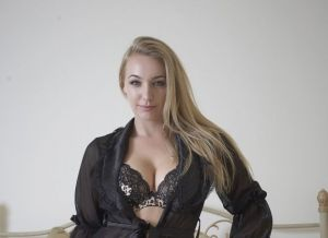 Hayley Marie Coppin in geile lingerie op bed