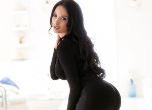 Anissa Kate, strak mantelpakje en sexy lingerie