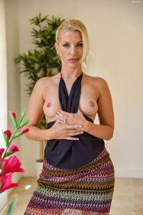 Ashley-Fires-geile-blonde-milf-doet-een-striptease-04