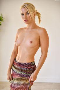 Ashley-Fires-geile-blonde-milf-doet-een-striptease-11