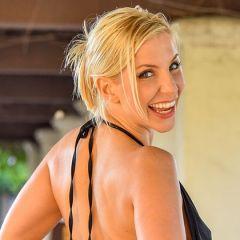 Blonde milf in sexy lingerie laat zich door de vriend van haar dochter neuken