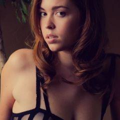 Danni Summers, knappe tiener in prachtige sexy zwarte lingerie