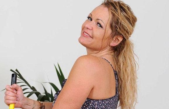 Huisvrouw van middelbare leeftijd neukt de seksuele frustraties van zich af met een jongere man
