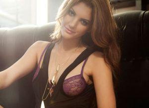 Adrianna Adams, die naakt gaat, heeft een gezellig appartement