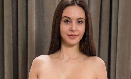 Alisa I, knappe brunette met grote borsten, is aan het relaxen