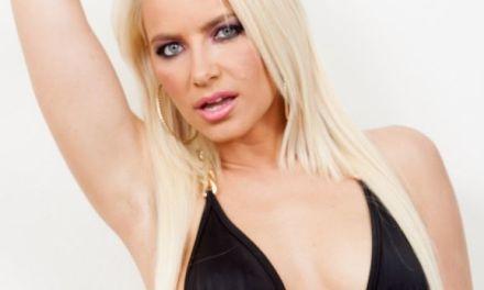 Anikka Albrite, blond en een lekkere volle kont, geilt op anale sex