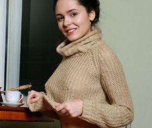 Bridgette, donkerharige schoonheid, trekt haar makkelijke huistrui uit