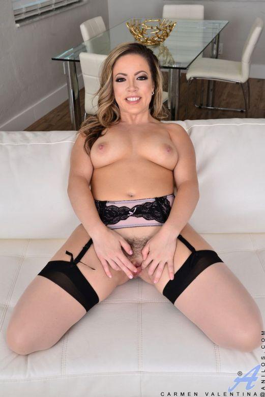 Carmen Valentina, knappe Latina huisvrouw in sexy lingerie
