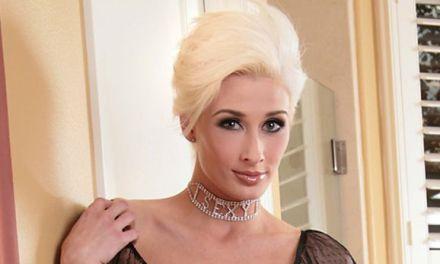 Marie Claude, een hete blonde babe, in sexy zwarte lingerie