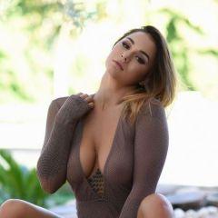 Mica Martinez trekt buiten haar sexy doorkijk bodysuit uit