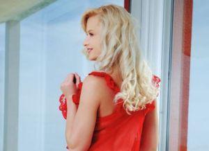 Nika N heeft een sexy rode babydoll aan