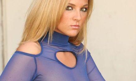 Kaya, een blond lekker ding, heeft fijne blauwe doorkijklingerie aan
