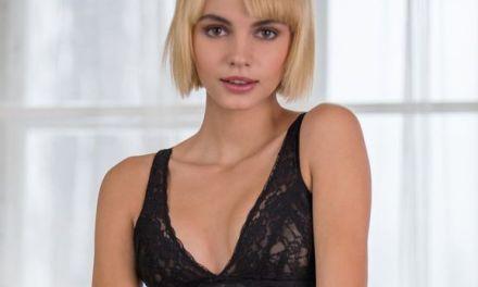 Lilliane, blonde langbenige schoonheid, steekt een vinger in haar kutje