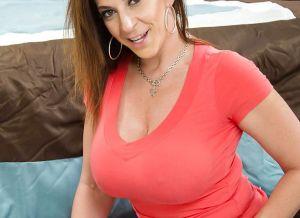 Sara Jay, mature milf met grote tieten wordt hard geneukt
