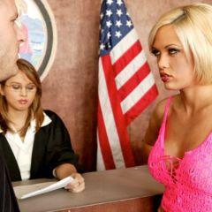 Blonde geile vrouw heeft seks in de rechtbank
