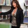 Brandi Fox, geile milf bloot in de bibliotheek