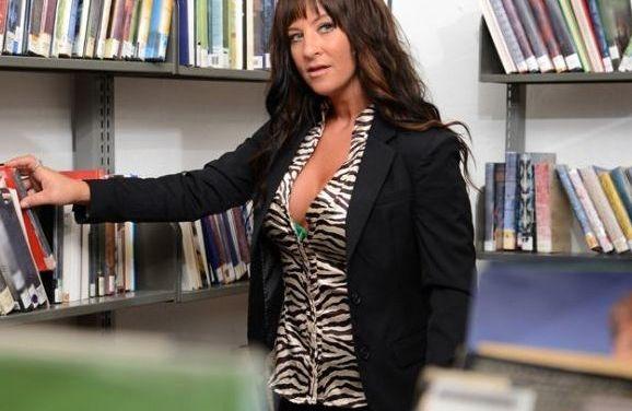 Vrouwen gooien hun tieten en meer bloot in de bibliotheek 📷