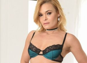 Blaten Lee in sexy lingerie