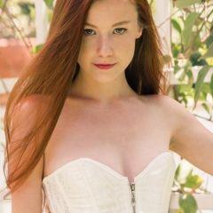 Emily Bloom in prachtige en sexy witte lingerie in de tuin
