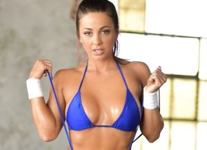 Fitness Babe Abigail Mac, een blote workout