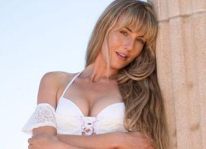 Jennifer Love, knappe blondine naakt bij de zee