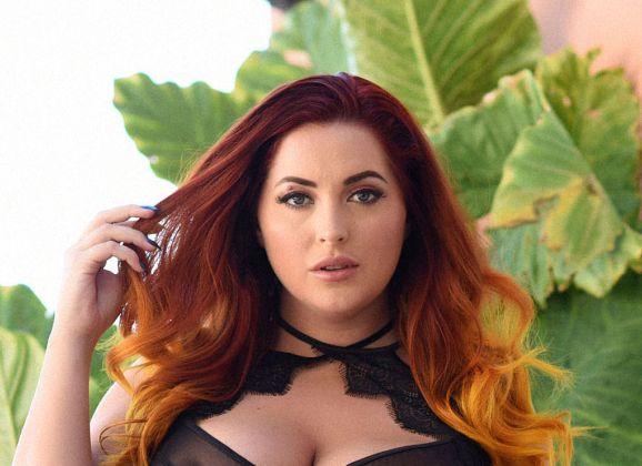 Lucy V, gezet glamourmodel, trekt haar sexy zwarte doorkijklingerie uit