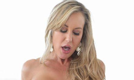 Brandi Love, mature babe, krijgt zaad op haar kutje gespoten