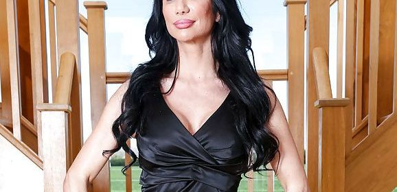Geile Italiaanse Milf, Valeria Visconti, wordt op de bank geneukt