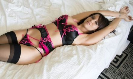 Bryci in sexy zwart-roze lingerie, stopt een dildo in haar kutje
