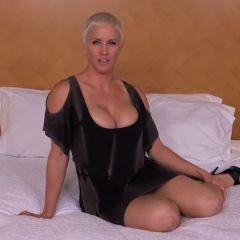 Geile cougar met kort haar en grote tieten gaat los in een hotelkamer