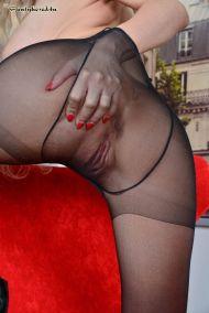 Florane-Russel-geile-stewardess-doet-een-striptease-13