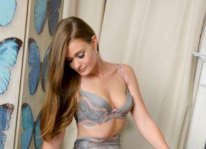 Honour May ziet er zeer neembaar uit in prachtige lingerie